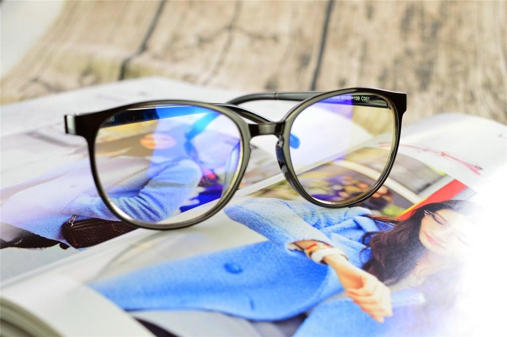 Ánh sáng xanh và tròng kính chống ánh sáng xanh có tốt không