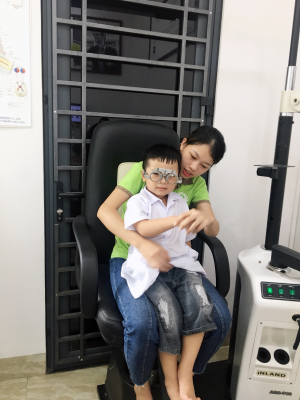 Cần đưa trẻ đi khám mắt kịp thời để có cách chữa trị